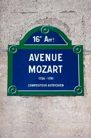 amadeus mozart: Un letrero de la calle de la avenida Mozart en Par�s, el nombre de famoso compositor austr�aco Wolfgang Amadeus Mozart. Foto de archivo