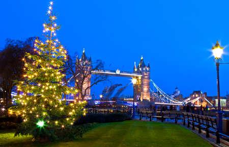 Een mooie weergave van Tower Bridge in Londen tijdens de kersttijd. Stockfoto