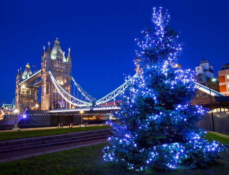 LONDON, UK - 19TH DECEMBER 2014: A beautiful view of Tower Bridge during Christmas time in London on 19th December 2014. 스톡 콘텐츠