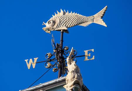 런던에서 오래 된 Billingsgate 물고기 시장 건물에서 날씨 베인의 아름 다운 건축 세부.