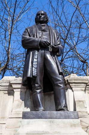 ingeniero civil: Una estatua del famoso ingeniero civil Isambard Kingdom Brunel situado a lo largo de la Victoria Ebankment en Londres.