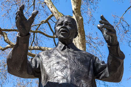 A statue of former South African President Nelson Mandela, situated on Parliament Square in London. Banque d'images