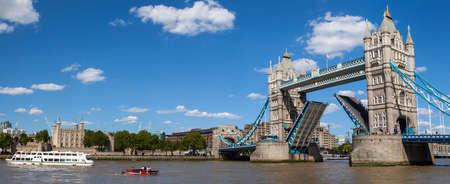 タワー ブリッジ、ロンドン塔、テムズ川の美しいパノラマの景色。 報道画像
