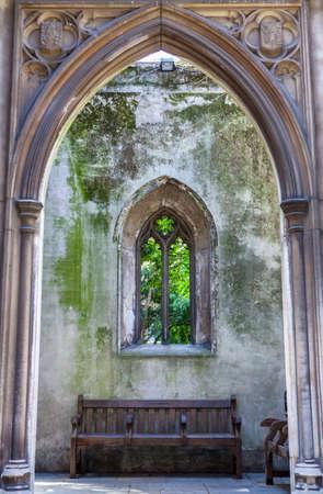 eventually: Guardando attraverso i resti di San chiesa Dunstan-in-the-orientale della City di Londra. La chiesa fu gravemente danneggiato durante il Blitz nel 1941 e alla fine fu trasformato in un giardino pubblico.