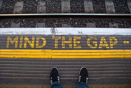 mente: Mind the Gap pintado en una plataforma de tubo en el centro de Londres.