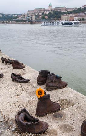 seconda guerra mondiale: BUDAPEST, Ungheria - 19 agosto 2015: Le scarpe sul Danubio Bank Memorial a Budpaest, su 19 agosto 2015. Gli onori commemorativi gli ebrei che sono stati uccisi da fascista delle Croci Frecciate Militia durante la Seconda Guerra Mondiale.