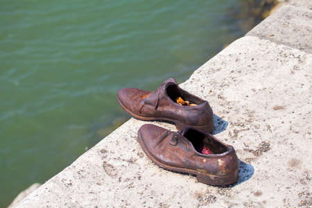 seconda guerra mondiale: The Shoes on the Danube Bank Memorial in Budpaest.  The memorial honors the Jews who were killed by fascist Arrow Cross Militia during the Second World War, Editoriali