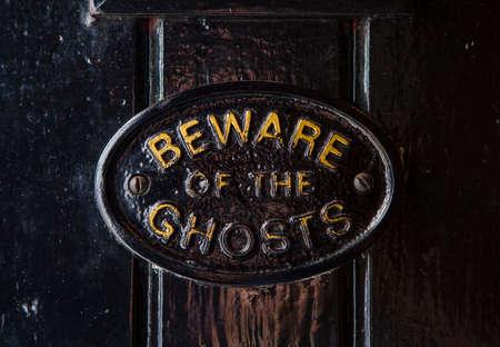 Een Pas op voor de Ghosts plaquette op de ingang van het Gulden Vlies publiek huis in York, Engeland. Het wordt beschouwd als de meest spookachtige pub in York zijn. Stockfoto - 45288899