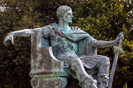 Une statue de l'empereur romain Constantin le Grand à York, en Angleterre. Banque d'images - 45212521
