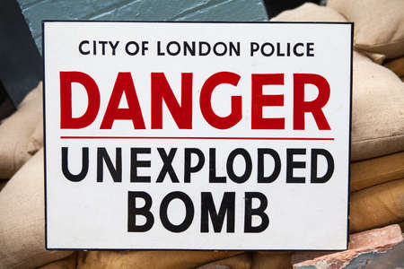 seconda guerra mondiale: An Unexploded Bomb Sign - similar to what would have been seen during the Second World War in the UK.