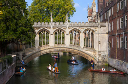 punting: CAMBRIDGE, UK - OCTOBER 4TH 2015: A view of the beautiful Bridge of Sighs in Cambridge, on 4th October 2015.