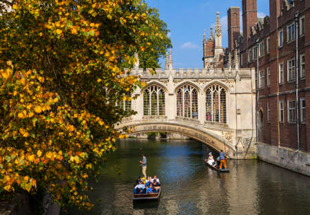 punter: CAMBRIDGE, UK - OCTOBER 4TH 2015: A view of the beautiful Bridge of Sighs in Cambridge, on 4th October 2015.