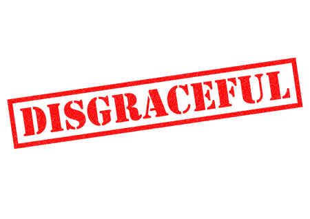 falta de respeto: Vergonzoso sello de goma roja sobre un fondo blanco. Foto de archivo