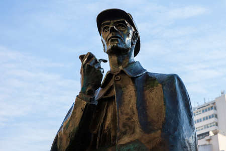 A statue of fictional detective Sherlock Holmes situated outside Baker Street Underground Station in London. 스톡 콘텐츠
