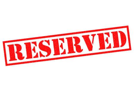 retained: RESERVADO sello de goma de color rojo sobre un fondo blanco. Foto de archivo