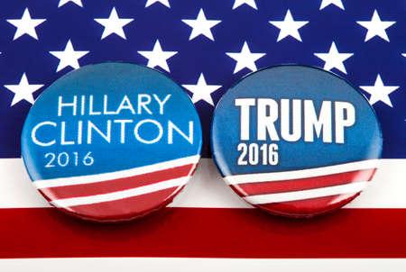Londen, Verenigd Koninkrijk - 3 maart 2016: Hillary Clinton en Donald Trump pin badges in de Amerikaanse vlag, symbool van de strijd om de volgende president van de Verenigde Staten, 3 maart 2016 geworden. Redactioneel