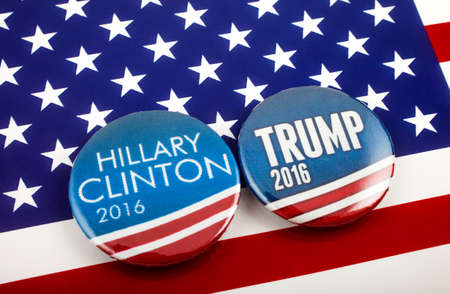 Londen, Verenigd Koninkrijk - 3 maart 2016: Hillary Clinton en Donald Trump pin badges in de Amerikaanse vlag, symbool van de strijd om de volgende president van de Verenigde Staten, 3 maart 2016 geworden. Stockfoto - 55768919
