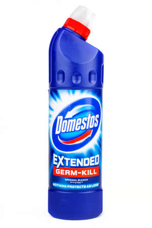 productos de limpieza: LONDON, UK - JUNE 16TH 2016: Close-up of the Domestos logo on one of their cleaning products, on 16th June 2016.  The range of Domestos cleaning products are manufactured by Unilever.