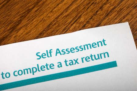 Een stuk papier met een Self Assessment / Vul een aangifte rubriek.