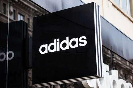 tienda de ropa: LONDRES, Reino Unido - 7 DE ABRIL 2016: Una muestra para una tienda al por menor de Adidas en Oxford Street en Londres, el 7 de abril de 2016. Editorial