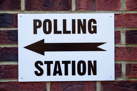 encuestando: A sign outside a Polling Station on election day in the UK.