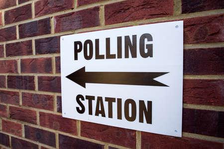 encuestando: Una señal fuera un centro de votación el día de elecciones en el Reino Unido.