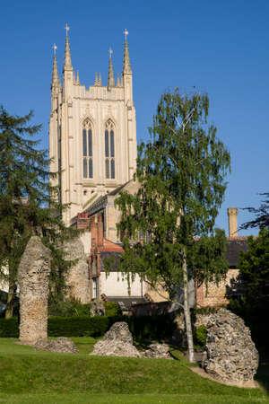 A view of the remains of Bury St Edmunds Abbey and St Edmundsbury Cathedral in Bury St. Edmunds, Suffolk. Banco de Imagens