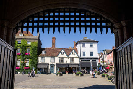 BURY ST EDMUNDS, UK - JULY 19TH 2016: A view of Bury St. Edmunds as seen from underneath the Abbey Gate, on 19th July 2016. 新聞圖片