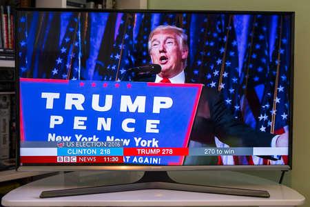 ROYAUME-UNI - 9 NOVEMBRE 2016: Un coup d'une télévision montrant la chaîne BBC Nouvelles avec en direct nouvelles de rupture que Donald Trump a été élu le nouveau président des États-Unis, le 9 Novembre 2016. Banque d'images - 65162630