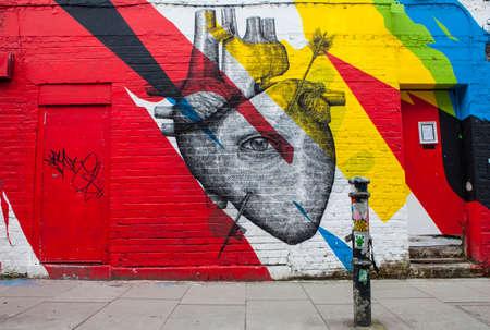 LONDEN, HET UK - 13 JANUARI 2016: Stedelijke Straatkunst die een menselijk die hart en een oog afschilderen, in Oost-Londen, op 13 Januari 2016 wordt gevestigd.