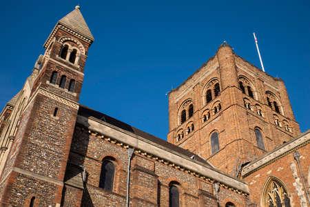 セントオールバンズ大聖堂セント オールバンズ、イングランドの歴史的な街での印象的な外観。