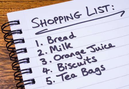 Une liste d'achats écrit dans un bloc-notes.