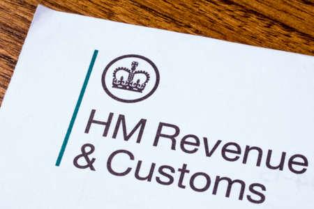 ロンドン、イギリス - 2017 年 1 月 13 日: 彼女のマジェスティズ Revneue と 2017 年 1 月 13 日に紙切れに税関のロゴ。 HMRC は、英国政府の非閣僚部です。 報道画像