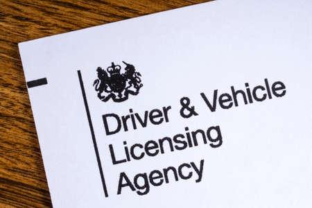 LONDON, GROSSBRITANNIEN - 13. JANUAR 2017: Das Logo für das Fahren und die Fahrzeug-Lizenzierungsagentur auf der Ecke einer Broschüre, am 13. Januar 2017.