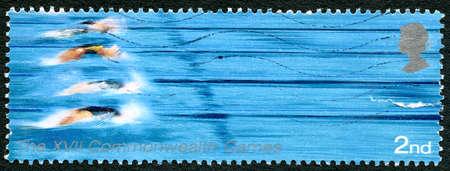 piscina olimpica: GRAN BRETAÑA - CIRCA 2002: Un sello usado del Reino Unido, conmemorando los XVII Juegos de la Commonwealth celebrados en Manchester, circa 2002.