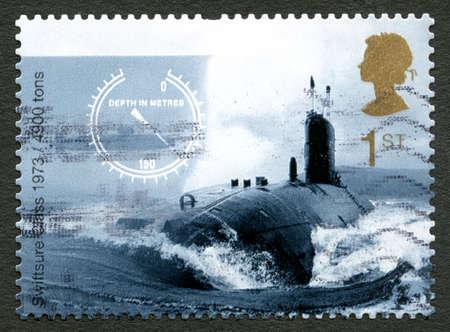 submarino: GRAN BRETAÑA - CIRCA 2010: Un sello usado del Reino Unido, representando una imagen de un submarino de potencia nuclear clase Swiftsure, circa 2010.