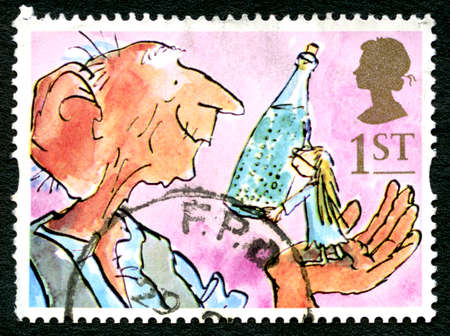poststempel: GREAT BRITAIN - CIRCA 1993: A used postage stamp from the UK, depicting an illustration from the novel The BFG by Roald Dahl, circa 1993.