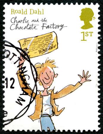 Gran Bretaña - alrededor 2012: Un sello utilizado en el Reino Unido, en conmemoración de la novela infantil Charlie y la fábrica de chocolate de Roald Dahl, alrededor de 2012.