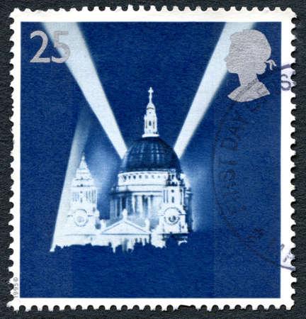 seconda guerra mondiale: GRAN BRETAGNA - CIRCA 1995: Un francobollo usato dal Regno Unito, raffigurante l'immagine della Cattedrale di St. Paul a Londra durante il Blitz nella seconda guerra mondiale, circa 1995.