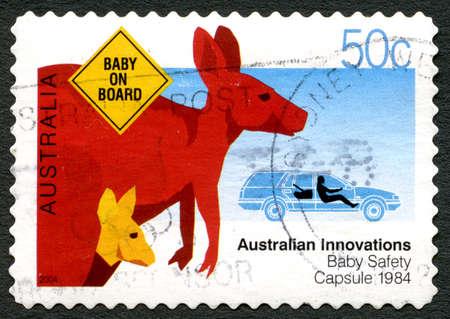 poststempel: AUSTRALIEN - CIRCA 2004: Eine verwendete Briefmarke von Australien, australische Innovationen feiernd - dieses, das an die Baby-Sicherheits-Kapsel, circa 2004 erinnert.