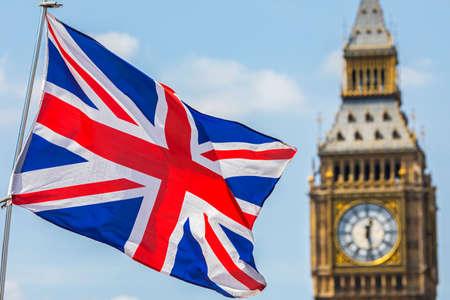 Una vista de la bandera de Reino Unido volando con las casas del Parlamento en el fondo, en Westminster, Londres. Foto de archivo