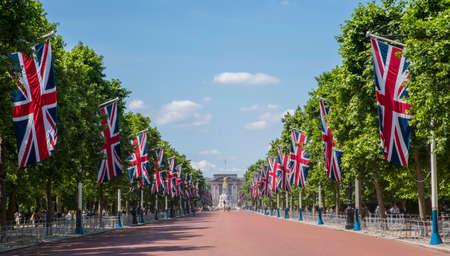 Eine Ansicht, die hinunter das Mall in Richtung zum Buckingham Palace in London, Großbritannien schaut.