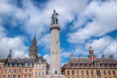 リールの歴史的な街、グランプラスのフランスを見る。ビューには、女神、株式取引所、商工業の列が含まれています。 写真素材