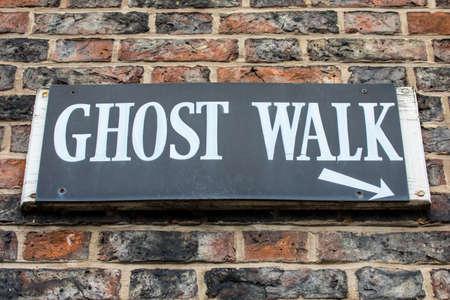 歴史とお化けニューヨークの街でイギリスでのゴースト ・ ウォークの看板。