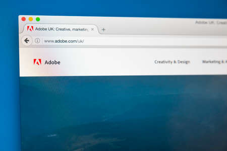ロンドン、イギリス - 2017 年 8 月 7 日: アドビ - 2017 年 8 月 7 日に、アメリカの多国籍コンピューター ソフトウェア会社の公式サイトのホームページ