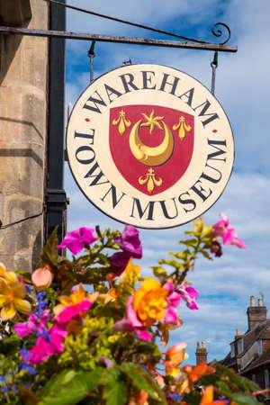 ortseingangsschild: WAREHAM, GROSSBRITANNIEN - 16. AUGUST 2017: Ein Zeichen außerhalb des Eingangs zum Wareham-Stadt-Museum in der schönen Grafschaft von Dorset, Großbritannien, am 16. August 2017. Editorial
