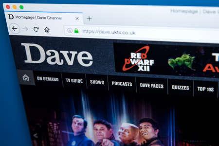 Londres, Royaume-Uni - 22 novembre 2017: la page d'accueil du site officiel de la chaîne de télévision Dave TV - la chaîne de télévision britannique appartenant à UKTV, le 22 novembre 2017. Banque d'images - 93496936