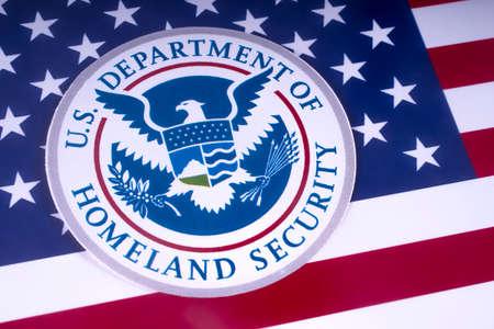 LONDON, UK - 18. MÄRZ 2018: Das Symbol des US-Heimatschutzministeriums, das über der USA-Flagge am 18. März 2018 abgebildet ist.