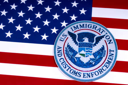 LONDON, UK - 26. MÄRZ 2018: Das Symbol der US-Einwanderung und der Zollkontrolle, dargestellt mit der US-Flagge, am 26. März 2018.