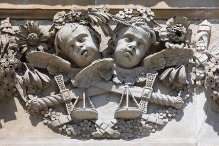 An example of the intricate sculptured detail on the exterior of St. Pauls Cathedral in London, UK. Banque d'images